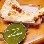 インド・ネパール料理 エベレスト - レスミカバブセットのカレー(アルパラックカレー)とナン