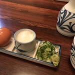 皿そば 渚庵 - 薬味(左から 生卵 とろろ ネギ わさび)