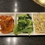焼肉・海鮮 山水苑 - 料理写真:キムチとナムル