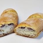 ピン・ポン・パンヤ - 「練乳小豆フランス」 を二つに切ると
