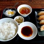 楽家家 - 料理写真:手作りの焼き大餃子ランチ(税込700円)ドリンク付き