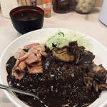 カレーショップ 酒井屋 - チキンベーコンカレー(750円)〜味噌汁と卓上の福神漬けと辣韮