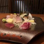 138332120 - お造り盛り合わせ ¥1,200                       カツオのタタキと、ハタ、シメサバ