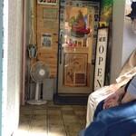 138335597 - 大永ビル2階の入口前で椅子に座って待つ