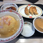 餃子の王将 - 料理写真:ランチの天津飯セット 天津飯の餡は塩味 天津飯、コロッケ、餃子3個とスープのセット