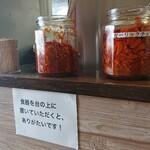 楽 - 汁なし担担麺のお店だけあって、辛いものたくさん用意されてます