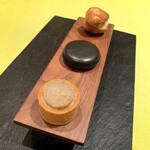 138358229 - アミューズ                       タルト(豚肉のリエットとごぼう)                       竹炭のマカロン(間にニンジンのムース)                       グジェール