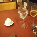 Resutorantoriibira - 白豚内燻製バター             緑の葡萄葉型皿はパン用             小さいグラスはシャンパン飲みやすい 大は白勝沼グレープジュース