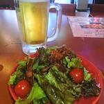 さりげなく - 生ビールとサラダ