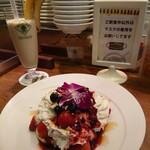 フクミミ - ①ベリーベリーパンケーキ(¥1080)&バナナジュース(¥550)
