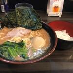 武術家 - 味玉ラーメン並(麺量160g位)、無料ライスの小。 系譜ゆずりの茶褐色のスープで美味いなぁ