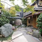 いっちょう - 日本庭園をイメージしたアプローチ