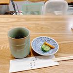 Wagyuukozarashinuchi - お通し的漬物(量少なっ)