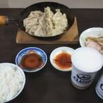 大阪王将 - 鍋貼餃子仕立てで食べ比べ(その1)、取っ手側の物が大阪王将の餃子、ビールも白飯も用意して