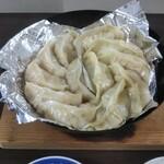 大阪王将 - 鍋貼餃子仕立てで食べ比べ(その2)、1回目はフライパンに貼り付いてしまったので、「くっつかないアルミホイル」を使って焼きました。その1と同じく取っ手側が大阪王将の餃子