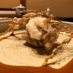 138393449 - 餅を鶏肉で包んで揚げており、甘タレと絡めて頂くと最高!盛り付けも美しいですね!