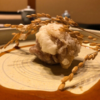 九兵衛旅館 - 料理写真:餅を鶏肉で包んで揚げており、甘タレと絡めて頂くと最高!盛り付けも美しいですね!