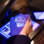The Public stand - ブラックライトにスタンプをかざしてバーテンダーに飲み物を注文してください!