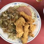 北京料理 松鳳 - 本日のサービス定食(鶏のからあげと野菜炒め)