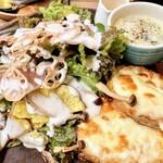 カフェ フレディ - 生ハムのサラダプレート1200円。フレンチトーストをクロックムッシュにしてあるのが大変ボリューミーで終日お腹いっぱい状態でした。お野菜たっぷりいただけるのはうれしいです。スープとフリーのデトックスウォーター、ドリンク付き。