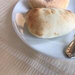 山手十番館 - 追加のパンは焼立て。熱々モチモチ