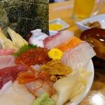 魚志 - スペシャル海鮮丼((¥1600税込み)ジョッキドリンク、小鉢、汁物、お新香付きます