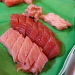 魚志 - これがこちらの目玉となるランチ本鮪丼の中身(¥1800税込み)本鮪(海のダイヤ黒鮪の大トロ、中トロ、赤身、トロの叩き四種)