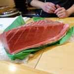 魚志 - これは夜の部で使う近海物(生)の黒鮪腹かみ(10万)青森の津軽海峡での水揚げ