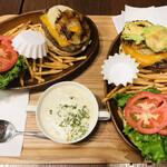 クアアイナ - 左:チーズバーガー 右:厚切CHEアボカド