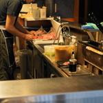 ささよし - 2012.7 厨房で串打ちをする店主