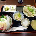 13847443 - 【日替ランチ】まぐろとイカのユッケ丼とシューマイ定食(¥850)