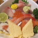 13847739 - 海鮮ちらし丼(1100円)