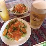 ジャイプル - 奥はタリセットのドリンク(マンゴーラッシー)とサラダ、手前はサラダとビールのセット