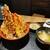 天ぷら海鮮米福 - 小鉢の冷奴と味噌汁、好みで追いダレが出来る別添えのタレ付き!名物!米福天丼税込み880円