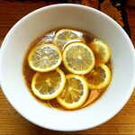 りんすず食堂 - レモンラーメン(鶏天セット¥1070)。かえしを用いた蕎麦つゆ系のスープに、レモンの爽やかな酸味が加わる