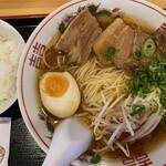 ラーメン食堂 - 料理写真:やわらか煮豚ラーメン770円。ライス110円。