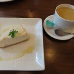 LEAFⅡ - 自家製レアチーズケーキと森のコーヒー(ブレンドコーヒーHOT)