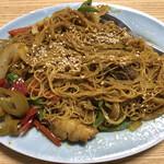 菊亭 - 料理写真:シンガポールカレービーフン。真っ赤な福神漬けが町中華的でまたイイ。