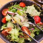 馬肉料理専門店 蹄 - サラダ 知多の契約農場から直送  新鮮野菜が美味しい〜✨ドレッシングも