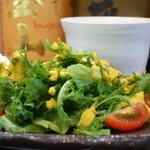炭火焼鳥 だるま - ミニトマト、レタスミックス、水菜のサラダ