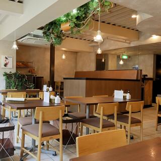 広々とした爽やかな空間で、安心してお食事が楽しめます♪