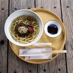 ディアンドデパートメント - 「梅こんぶうどん」¥960。大阪「こんぶ土居」さんの白とろろ、「志ば久」さんの自家製梅干し、そして「山田製油」さんの白いりごまをたっぷりと使った、温かいおうどん。(冬季限定)