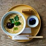 ディアンドデパートメント - 「ゆばうどん」¥1,120。美山の「ゆう豆」さんの湯葉を贅沢にも丸ごと1枚乗せた、定番で人気のおうどん。