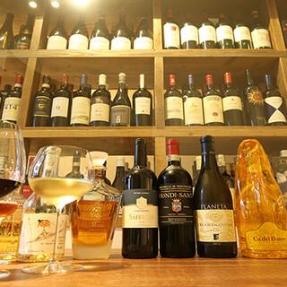 料理を引き立たせるワインを、常時100種類以上そろえる