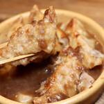 餃子とスパークリング バブルス - ポルチーニ茸入りオニグラスープ餃子