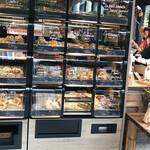 ル・シュクレクール - 初めて見た、パンの棚