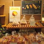 グリーンハウス - 店頭に並ぶパンたち