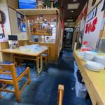 Daisangen - 店舗内部のようす。いかにも中華料理屋。
