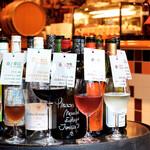 バル・バロッサ - ワインボトルとグラス