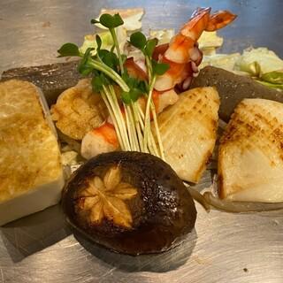 海鮮や野菜を盛り込んだ「鉄板おまかせメニュー」がおすすめ!